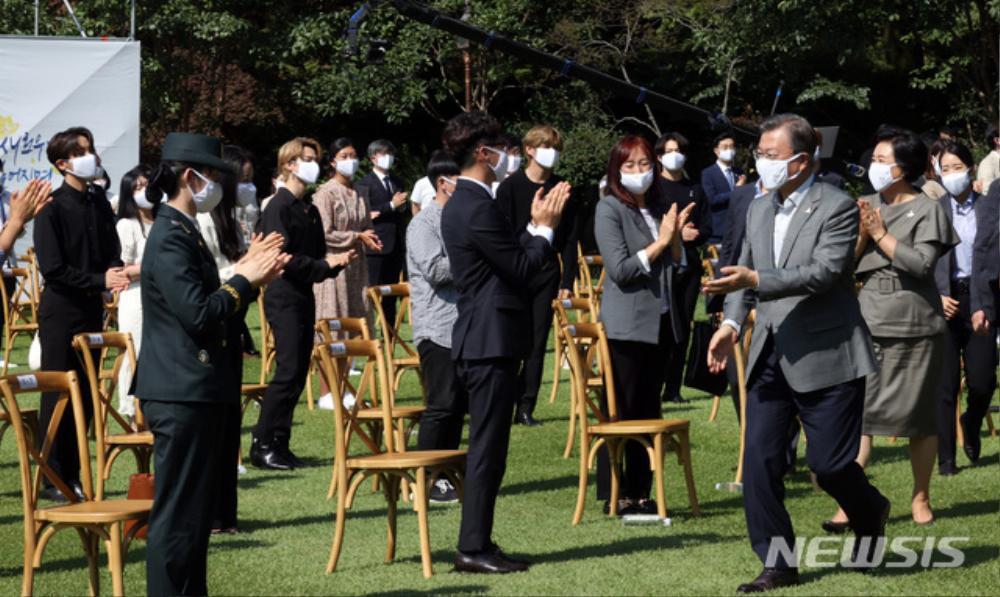 BTS trở thành 'hắc kỵ sĩ' tại Nhà xanh của Tổng thống Hàn Quốc Ảnh 32