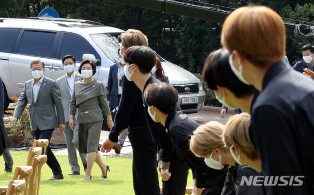 BTS trở thành 'hắc kỵ sĩ' tại Nhà xanh của Tổng thống Hàn Quốc Ảnh 2