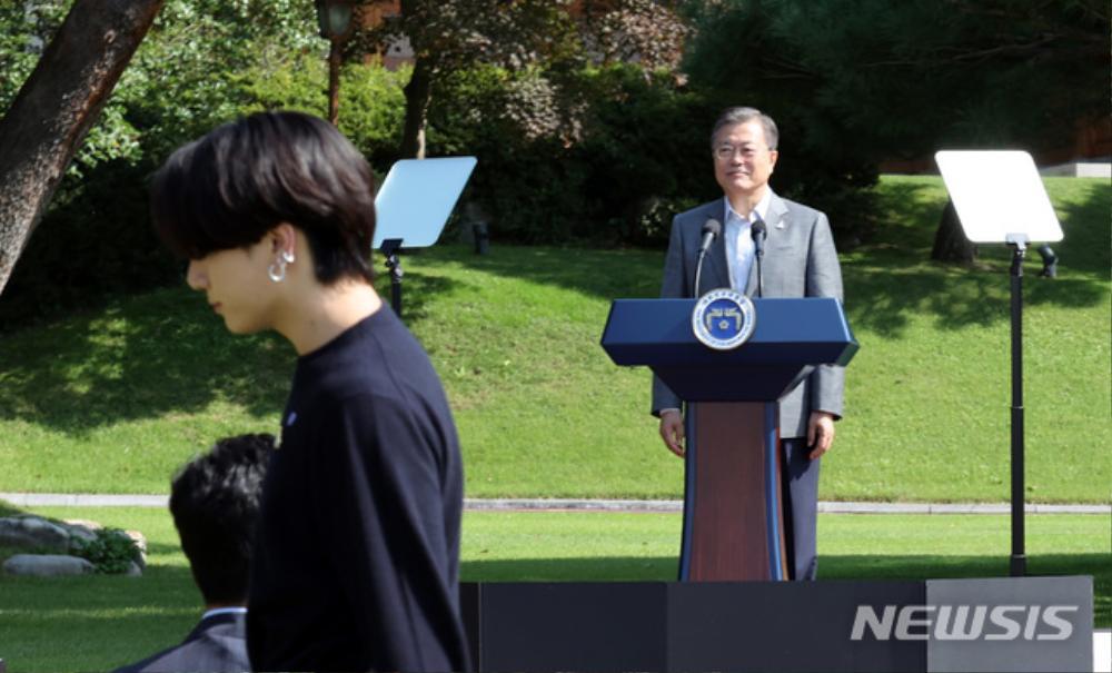 BTS trở thành 'hắc kỵ sĩ' tại Nhà xanh của Tổng thống Hàn Quốc Ảnh 34