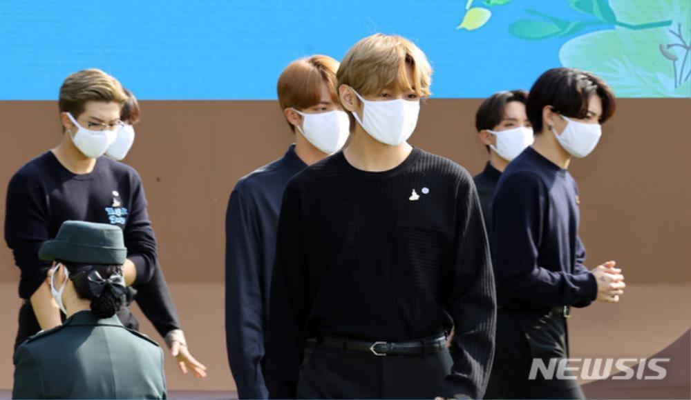 BTS trở thành 'hắc kỵ sĩ' tại Nhà xanh của Tổng thống Hàn Quốc Ảnh 36