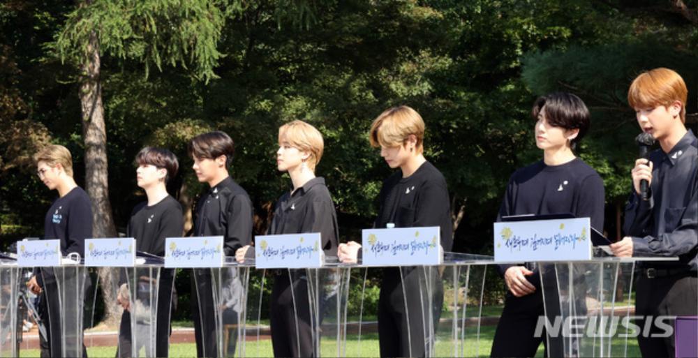 BTS trở thành 'hắc kỵ sĩ' tại Nhà xanh của Tổng thống Hàn Quốc Ảnh 13
