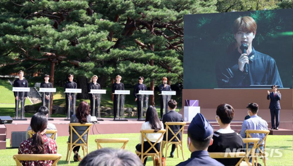BTS trở thành 'hắc kỵ sĩ' tại Nhà xanh của Tổng thống Hàn Quốc Ảnh 14