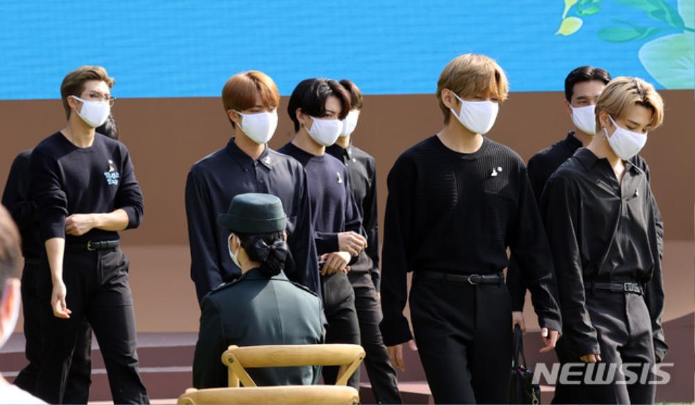 BTS trở thành 'hắc kỵ sĩ' tại Nhà xanh của Tổng thống Hàn Quốc Ảnh 37
