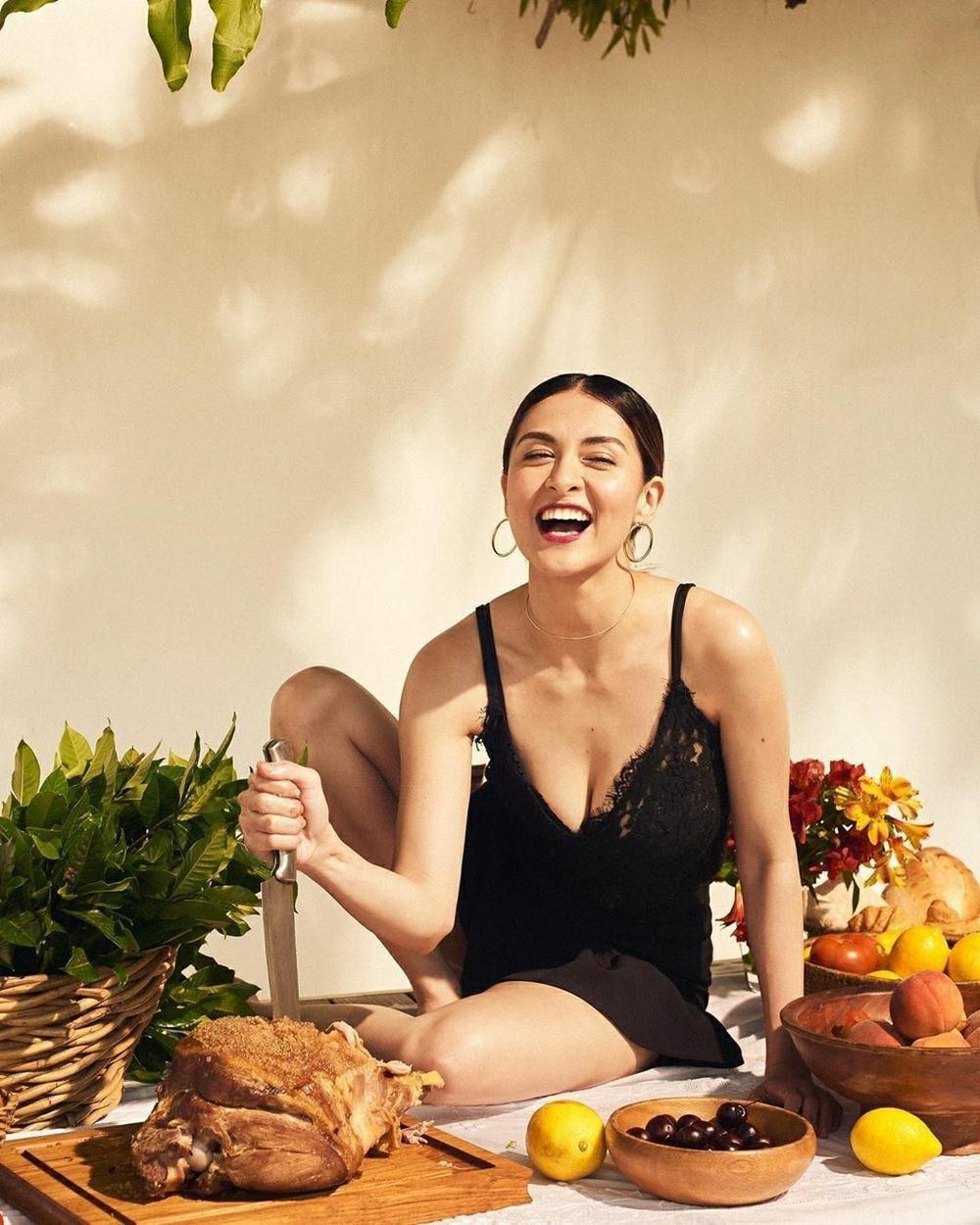 'Mỹ nhân đẹp nhất Philippines' tình tứ bên chồng ở bể bơi nhưng vòng 1 'khủng' mới là tâm điểm Ảnh 5