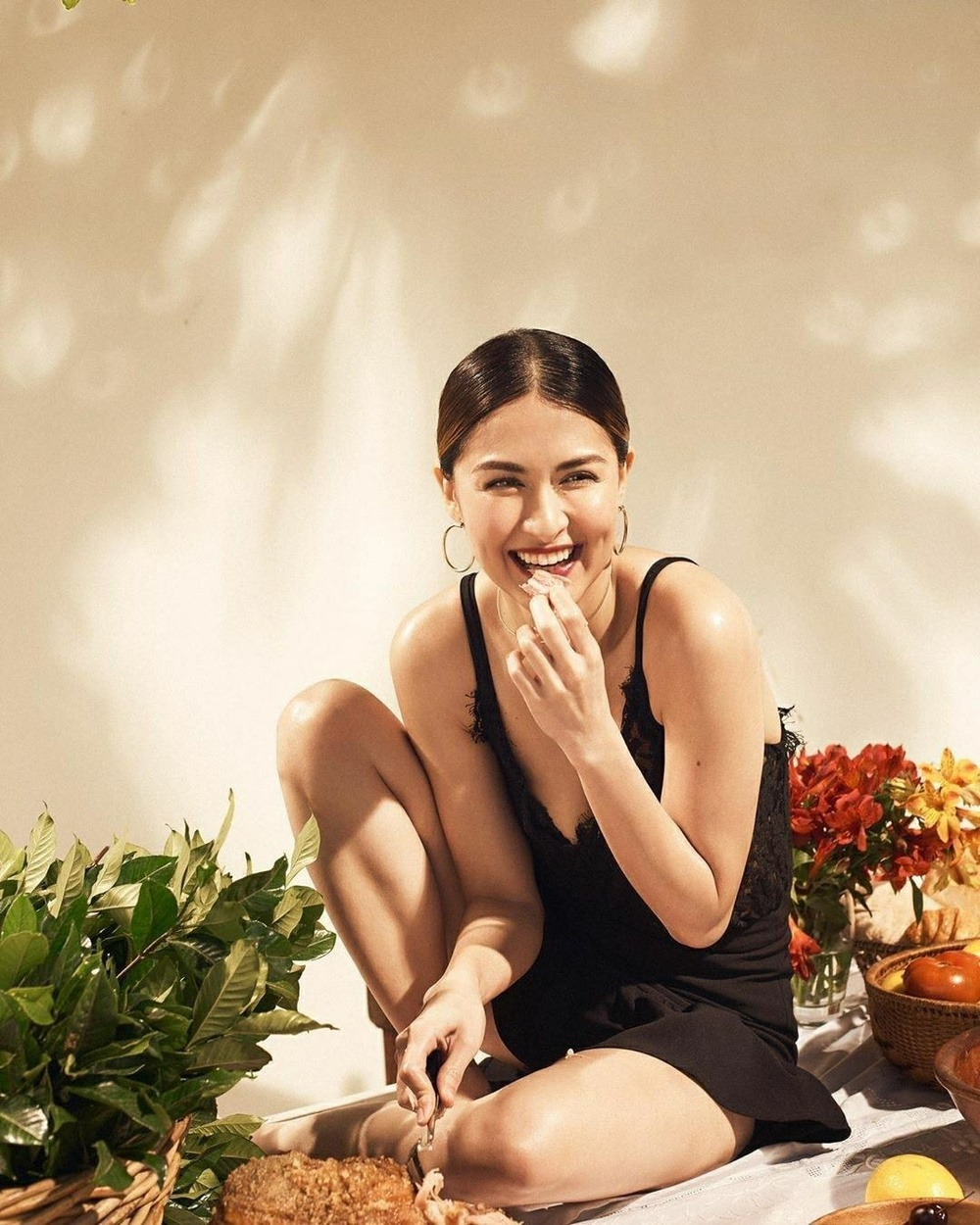 'Mỹ nhân đẹp nhất Philippines' tình tứ bên chồng ở bể bơi nhưng vòng 1 'khủng' mới là tâm điểm Ảnh 6