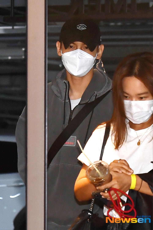 Max Changmin (DBSK) lộ diện sau khi hoãn đám cưới, Kim Woo Seok (X1) 'đẹp như hoa' Ảnh 1