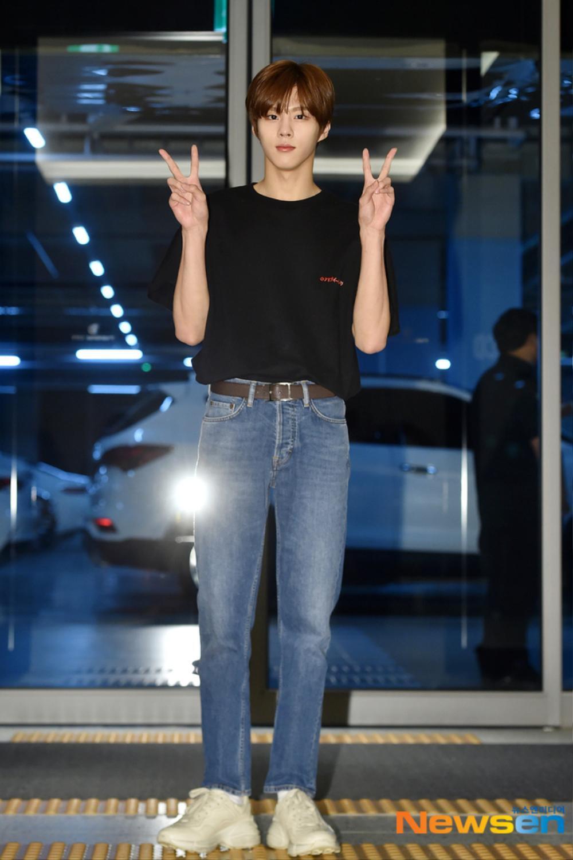 Max Changmin (DBSK) lộ diện sau khi hoãn đám cưới, Kim Woo Seok (X1) 'đẹp như hoa' Ảnh 18