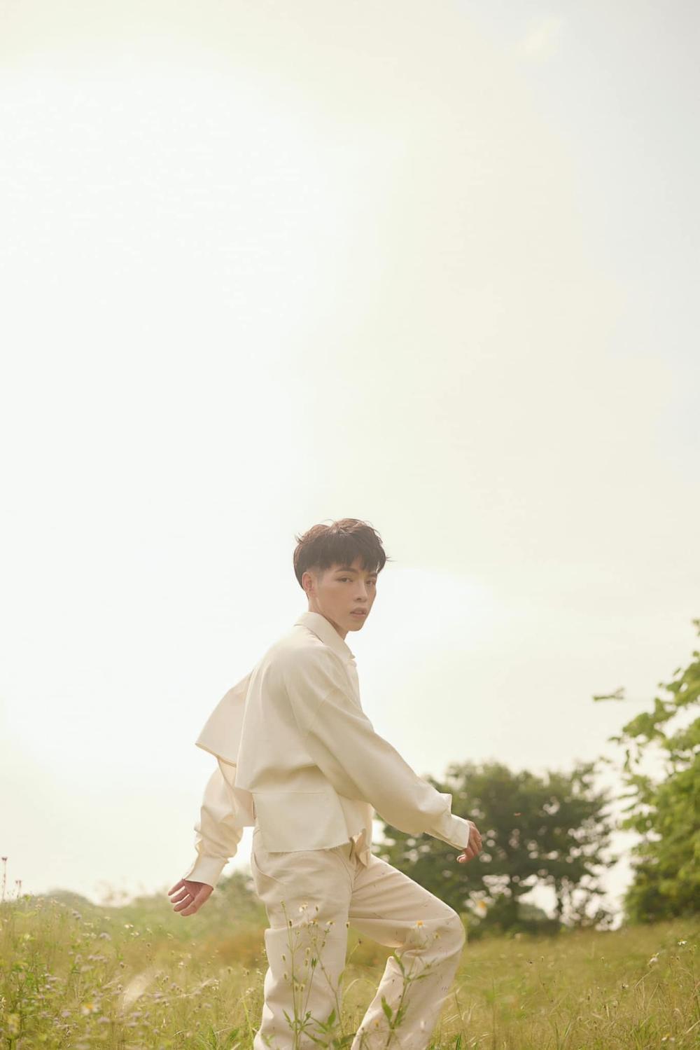 'Choáng' với tạo hình tóc nửa vàng nửa hồng của Đức Phúc trong họp báo ra mắt MV 'Người ơi người ở đừng về' Ảnh 4