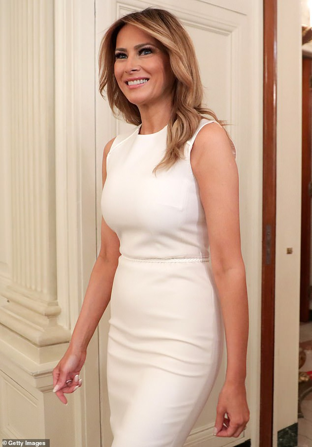 Đệ nhất phu nhân Mỹ Melania Trump cứ diện váy trắng tinh khôi là nhận được vô vàn lời khen Ảnh 1