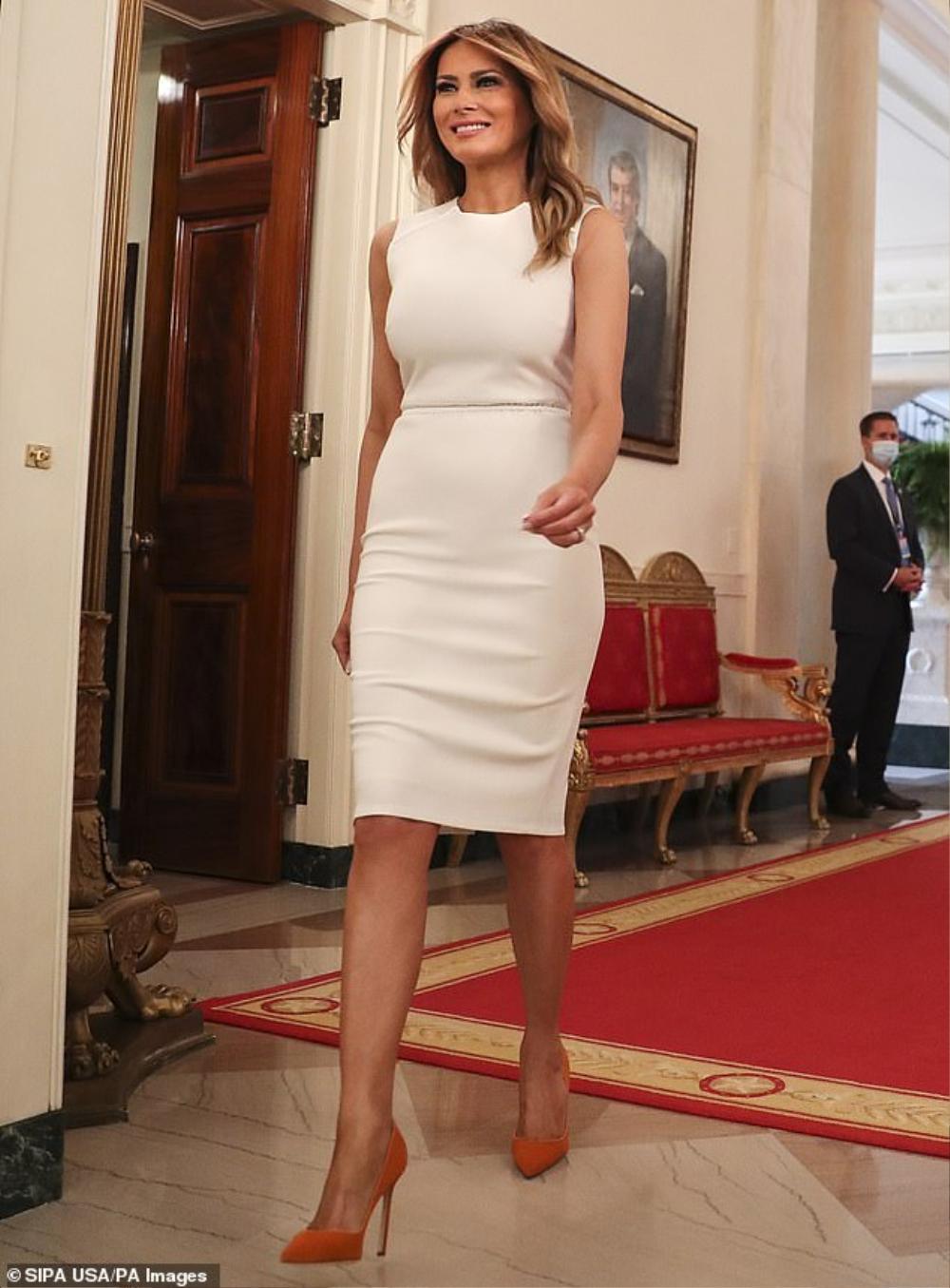 Đệ nhất phu nhân Mỹ Melania Trump cứ diện váy trắng tinh khôi là nhận được vô vàn lời khen Ảnh 2
