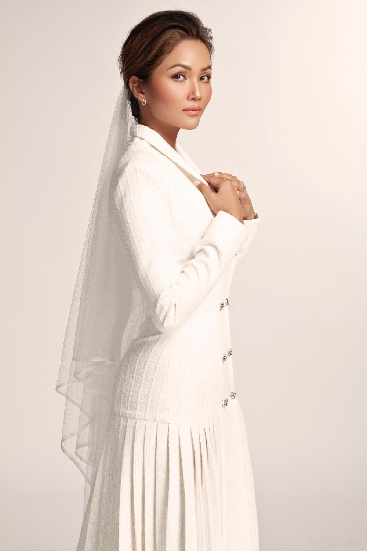 Thích thú với những mẫu váy cưới lạ mắt mà vẫn quyến rũ của H'Hen Niê Ảnh 2