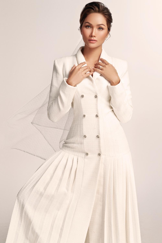 Thích thú với những mẫu váy cưới lạ mắt mà vẫn quyến rũ của H'Hen Niê Ảnh 3