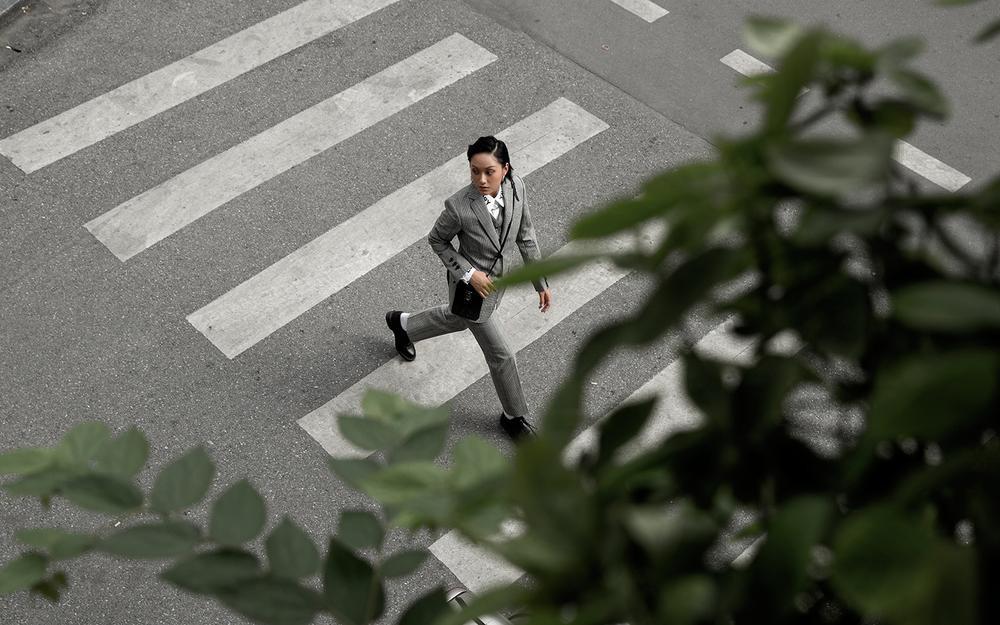 Phí Phương Anh dát đồ hiệu khoe chân thon làm sáng bừng cả góc phố mùa thu Ảnh 9