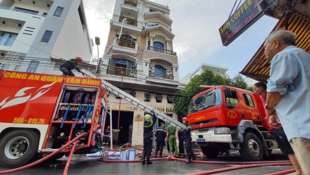 Cháy công ty in vải ở TP.HCM, nhóm nhân viên đu dây vải xuống đất thoát thân Ảnh 3