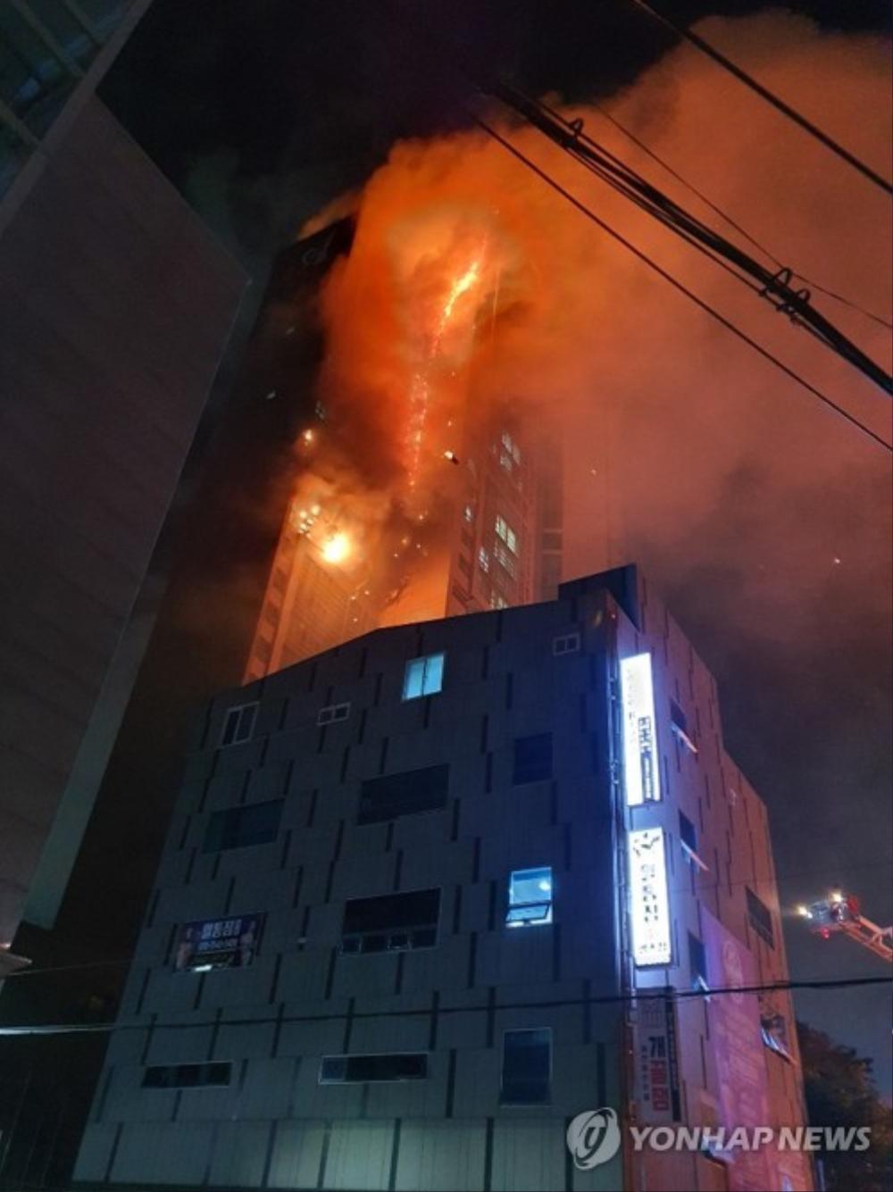 Tòa chung cư thương mại Hàn Quốc cháy lớn trong đêm Ảnh 1