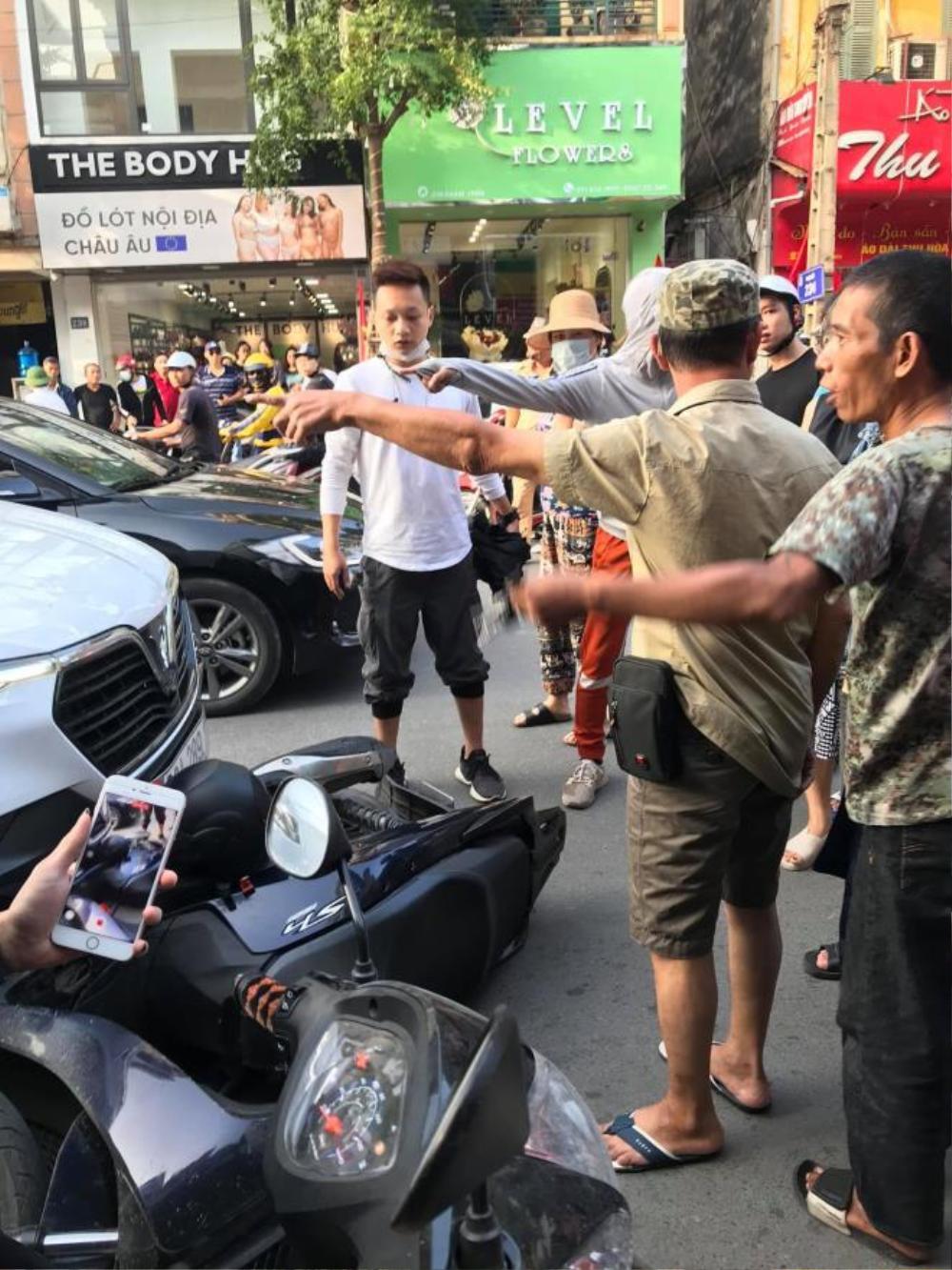 Tài xế lái xe Vinfast kéo lê xe máy SH gần 1km bị truy đuổi hành hung, người phụ nữ cùng con nhỏ xuống xe khóc lóc xin tha lỗi Ảnh 2