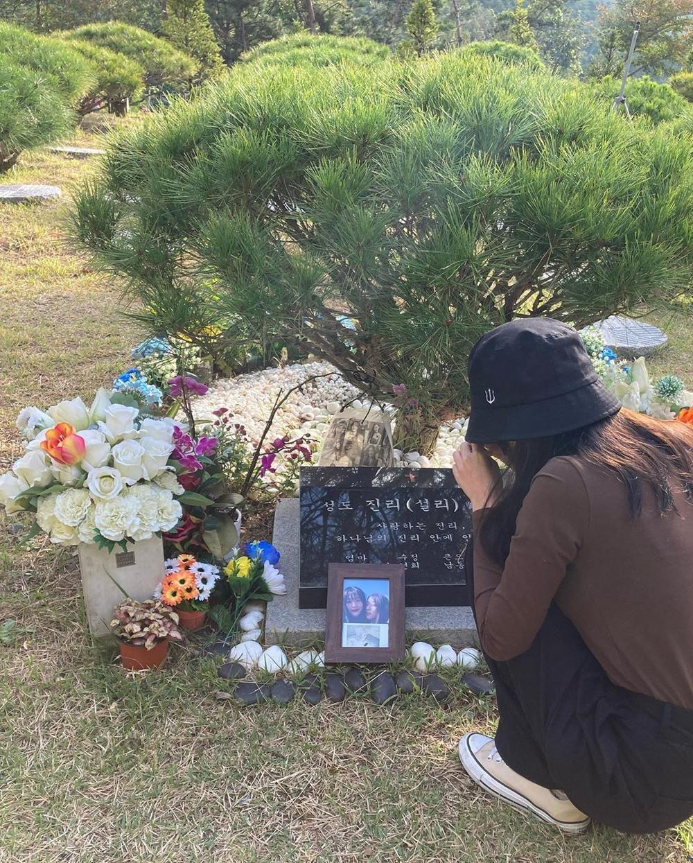 Sao Hàn đến viếng mộ Sulli trong ngày giỗ đầu: 'Xin lỗi vì đã khóc!' Ảnh 2