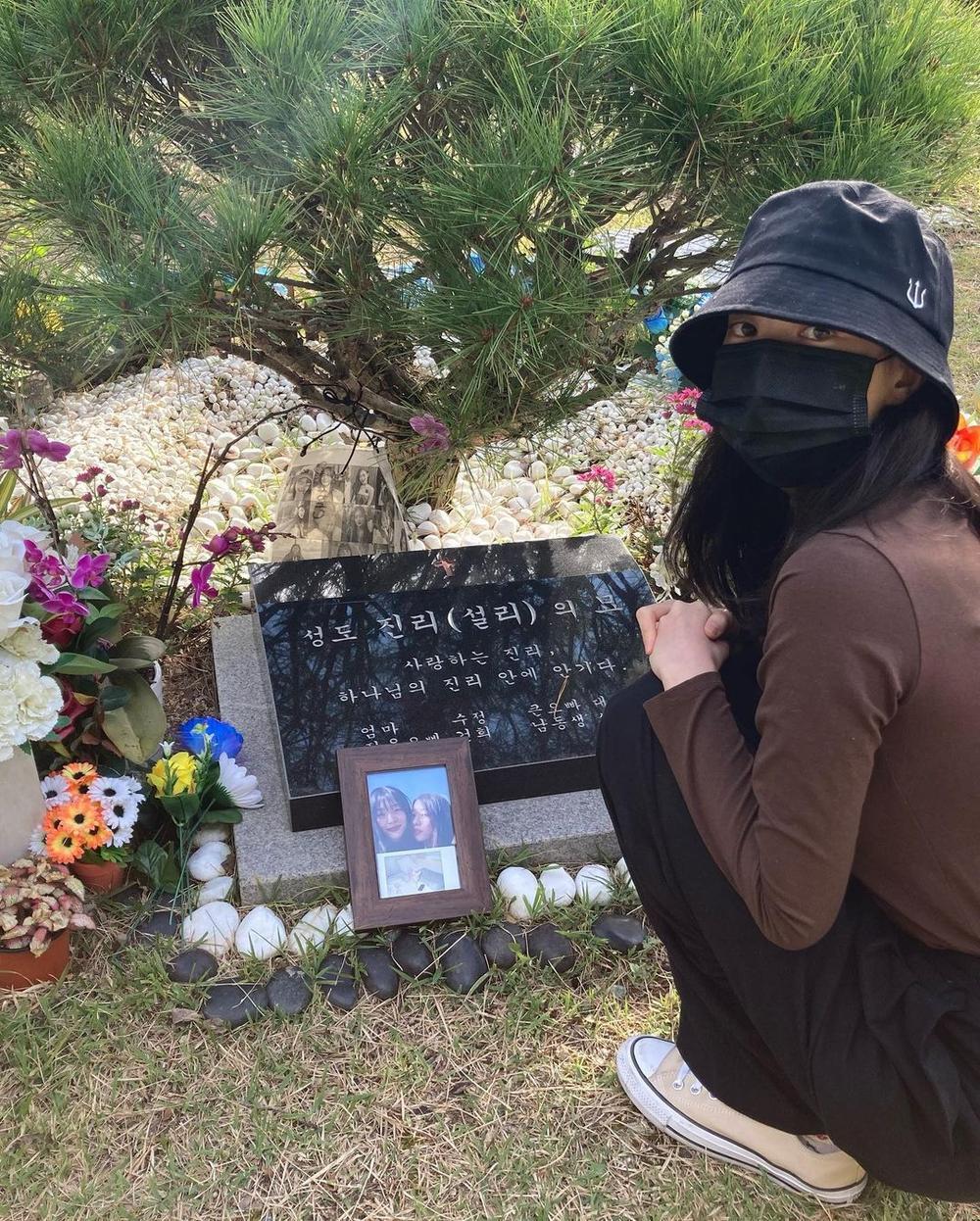 Sao Hàn đến viếng mộ Sulli trong ngày giỗ đầu: 'Xin lỗi vì đã khóc!' Ảnh 3