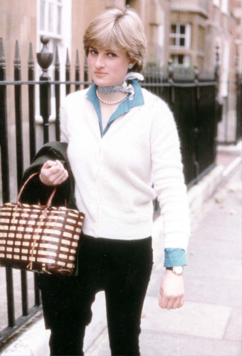 Lên đồ với khăn lụa quấn cổ chuẩn tiểu thư Pháp như Emily in Paris Ảnh 2