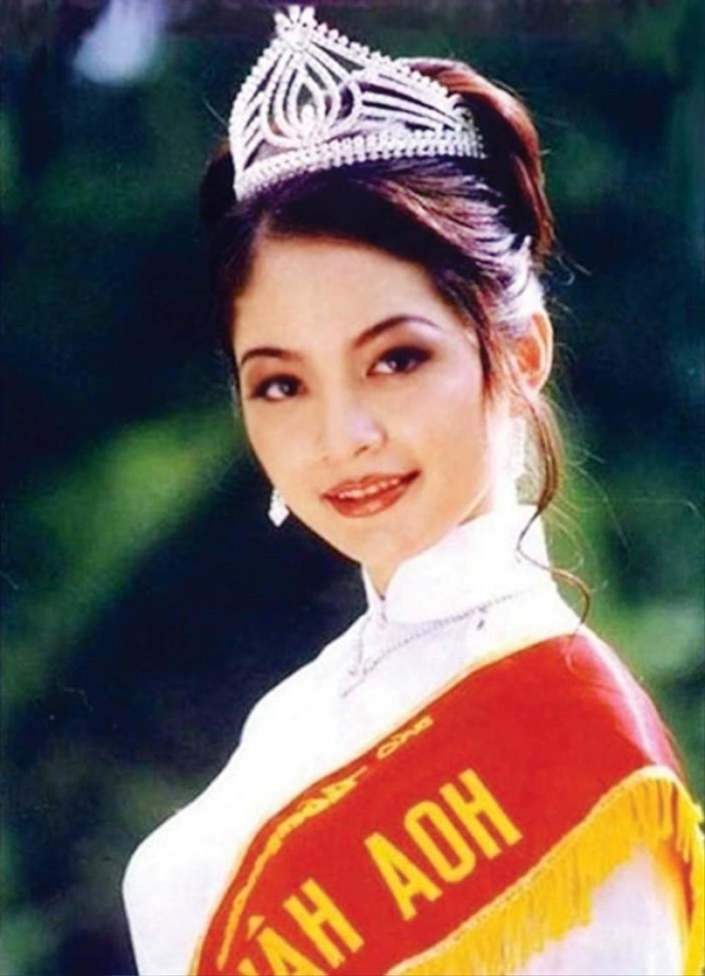 Vẻ đẹp thuần khiết của 16 cô gái thuở mới đăng quang Hoa hậu Việt Nam: Chờ đợi nhan sắc kế nhiệm Tiểu Vy Ảnh 24
