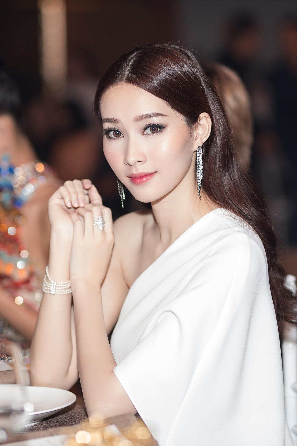 Vẻ đẹp thuần khiết của 16 cô gái thuở mới đăng quang Hoa hậu Việt Nam: Chờ đợi nhan sắc kế nhiệm Tiểu Vy Ảnh 9