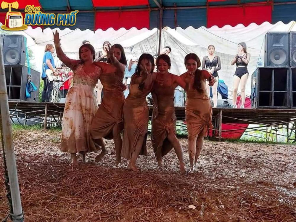 Hội chị em túm váy 'quẩy' tung bùn trong đám cưới, nhìn sang váy cô dâu ai cũng lắc đầu ngán ngẩm Ảnh 2