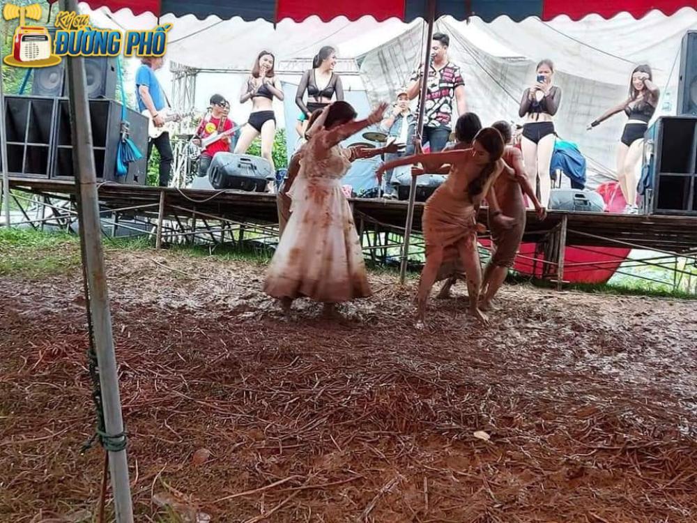 Hội chị em túm váy 'quẩy' tung bùn trong đám cưới, nhìn sang váy cô dâu ai cũng lắc đầu ngán ngẩm Ảnh 6