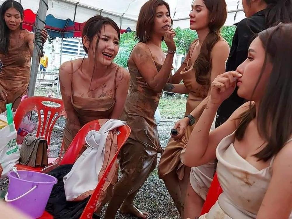 Hội chị em túm váy 'quẩy' tung bùn trong đám cưới, nhìn sang váy cô dâu ai cũng lắc đầu ngán ngẩm Ảnh 4