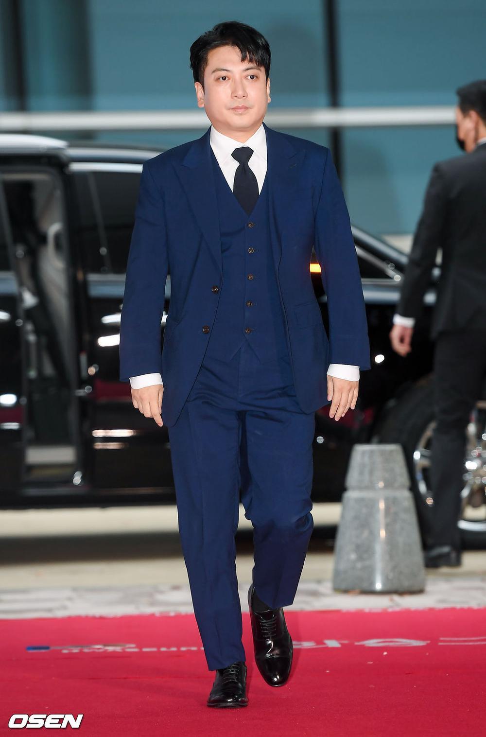 'Buil Film Awards 2020': Điên nữ Seo Ye Ji khoe ngực khủng, xuất thần cùng Lee Byung Hun trên thảm đỏ Ảnh 14