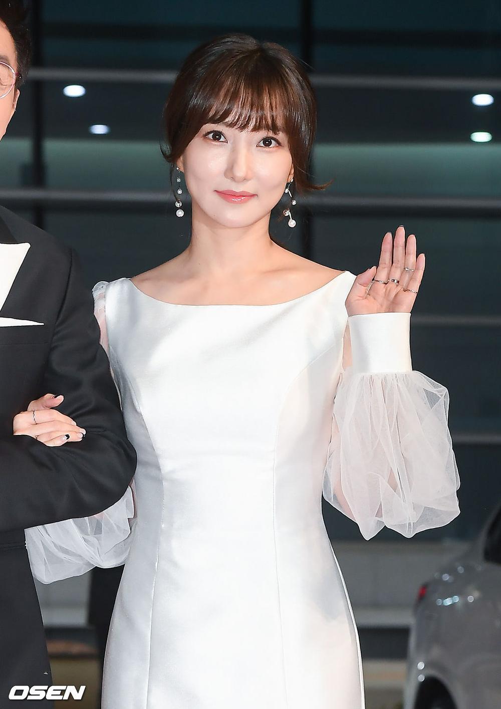 'Buil Film Awards 2020': Điên nữ Seo Ye Ji khoe ngực khủng, xuất thần cùng Lee Byung Hun trên thảm đỏ Ảnh 16
