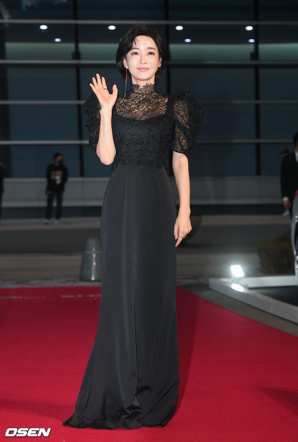 'Buil Film Awards 2020': Điên nữ Seo Ye Ji khoe ngực khủng, xuất thần cùng Lee Byung Hun trên thảm đỏ Ảnh 12