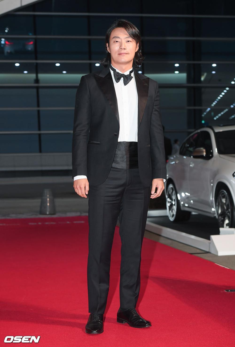 'Buil Film Awards 2020': Điên nữ Seo Ye Ji khoe ngực khủng, xuất thần cùng Lee Byung Hun trên thảm đỏ Ảnh 13