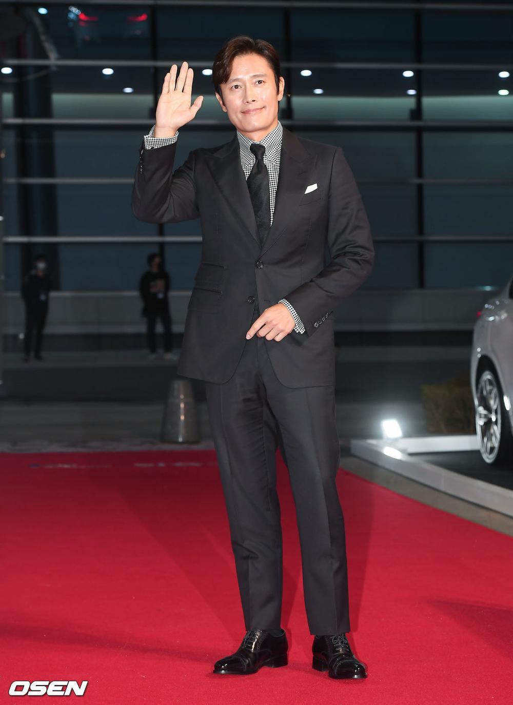 'Buil Film Awards 2020': Điên nữ Seo Ye Ji khoe ngực khủng, xuất thần cùng Lee Byung Hun trên thảm đỏ Ảnh 4