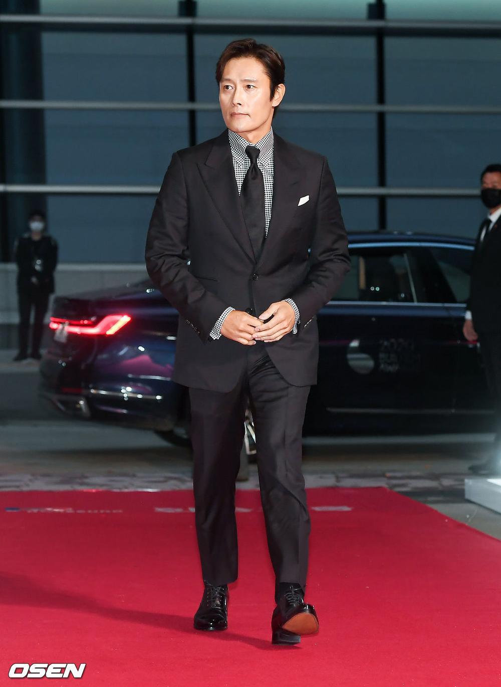 'Buil Film Awards 2020': Điên nữ Seo Ye Ji khoe ngực khủng, xuất thần cùng Lee Byung Hun trên thảm đỏ Ảnh 3