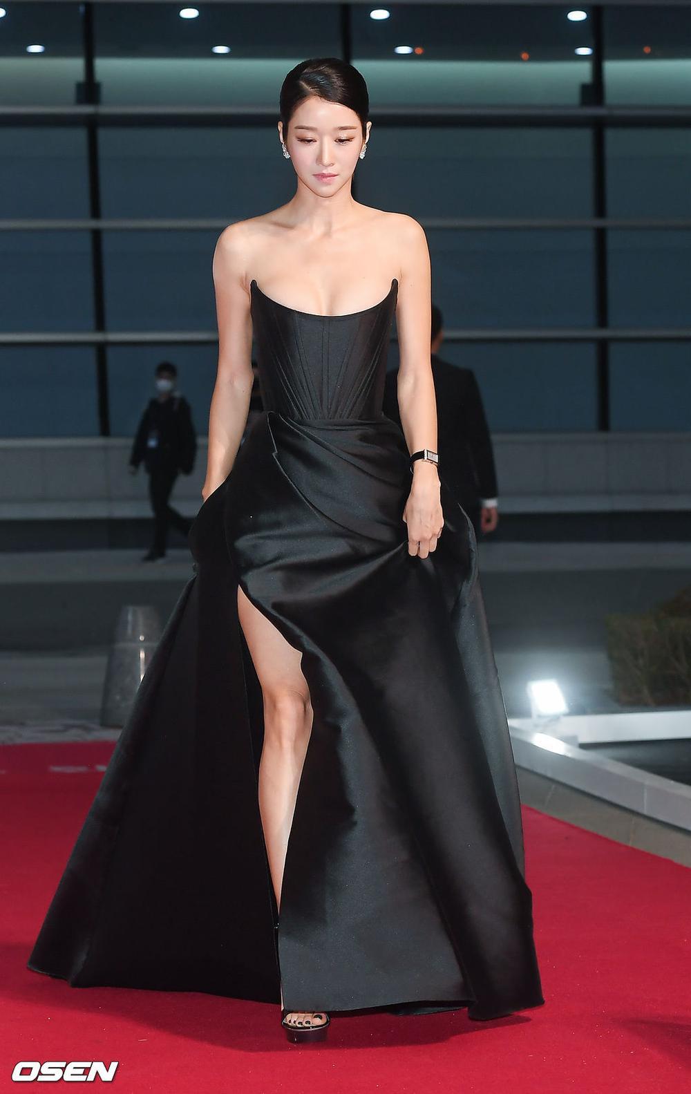 'Buil Film Awards 2020': Điên nữ Seo Ye Ji khoe ngực khủng, xuất thần cùng Lee Byung Hun trên thảm đỏ Ảnh 7