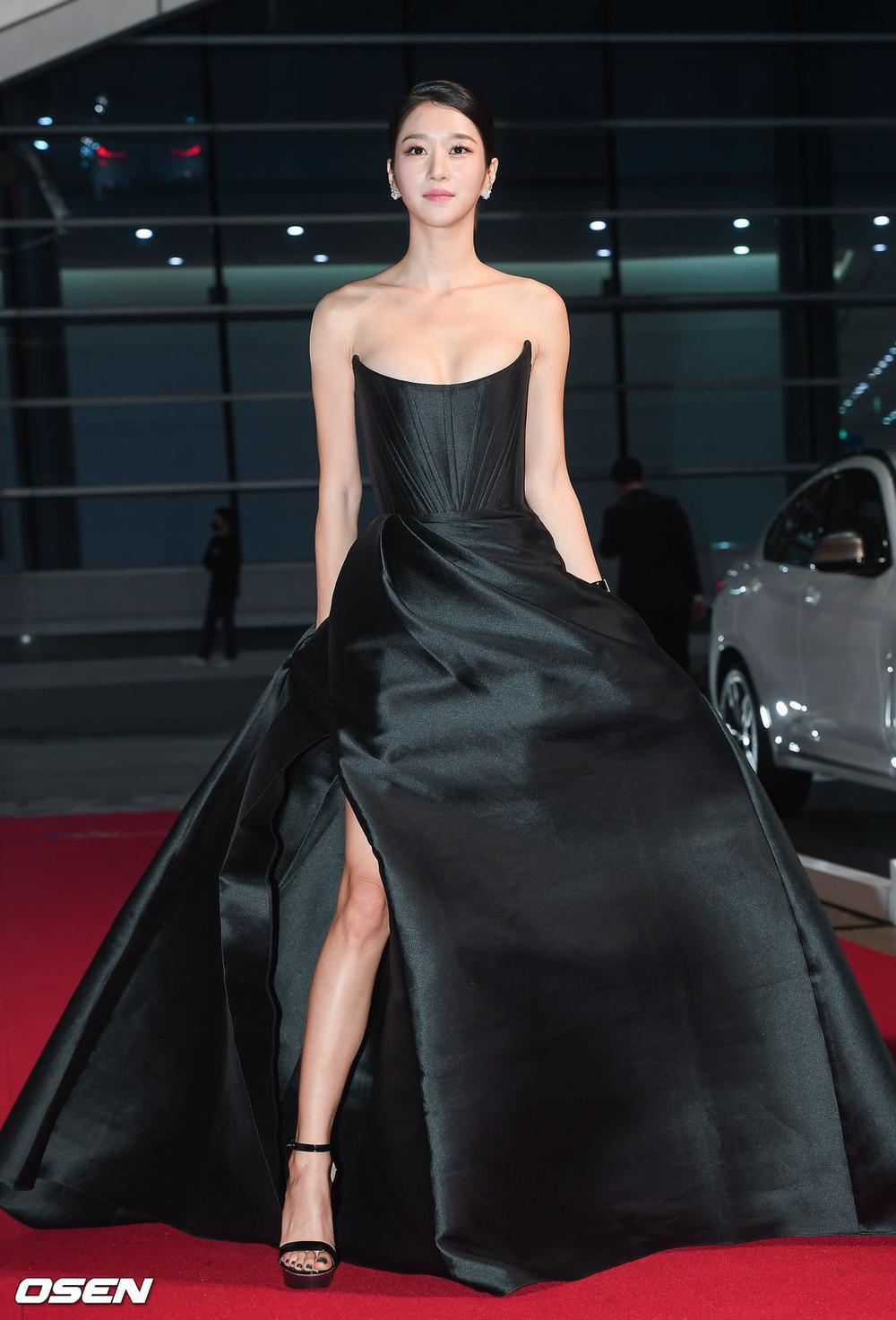 'Buil Film Awards 2020': Điên nữ Seo Ye Ji khoe ngực khủng, xuất thần cùng Lee Byung Hun trên thảm đỏ Ảnh 8