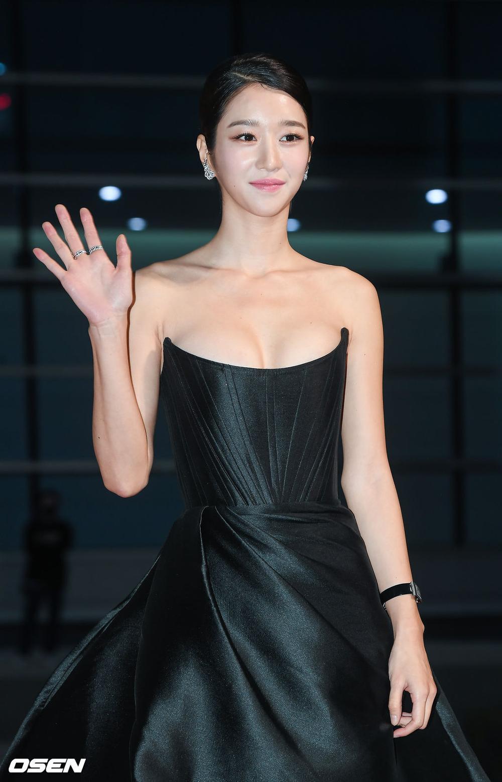 'Buil Film Awards 2020': Điên nữ Seo Ye Ji khoe ngực khủng, xuất thần cùng Lee Byung Hun trên thảm đỏ Ảnh 9