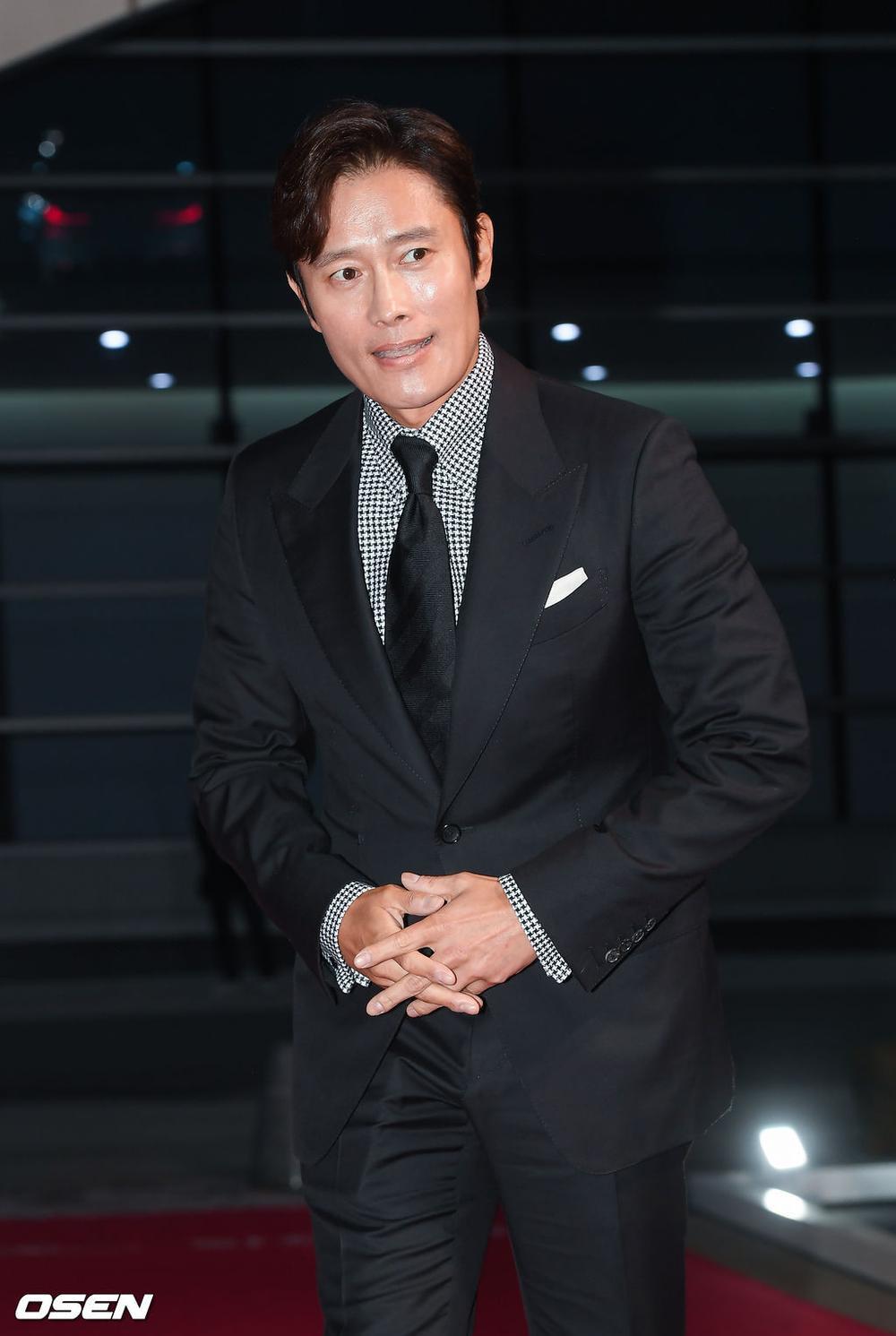 'Buil Film Awards 2020': Điên nữ Seo Ye Ji khoe ngực khủng, xuất thần cùng Lee Byung Hun trên thảm đỏ Ảnh 2