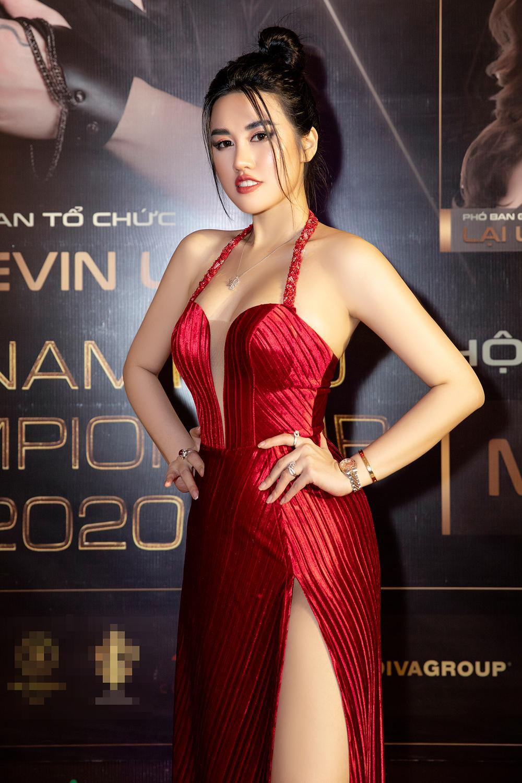 Emily Hồng Nhung mặc váy cắt xẻ cực gắt, đọ sắc bên Mộng Thường Hoa hậu chuyển giới Việt Nam 2020 Ảnh 2