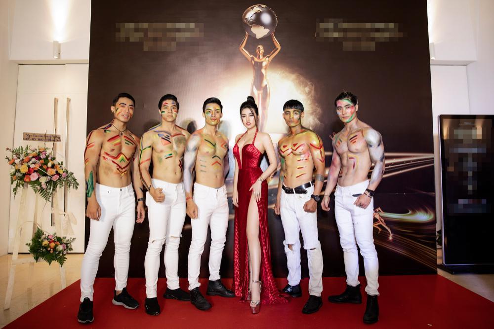 Emily Hồng Nhung mặc váy cắt xẻ cực gắt, đọ sắc bên Mộng Thường Hoa hậu chuyển giới Việt Nam 2020 Ảnh 7