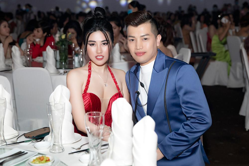 Emily Hồng Nhung mặc váy cắt xẻ cực gắt, đọ sắc bên Mộng Thường Hoa hậu chuyển giới Việt Nam 2020 Ảnh 9