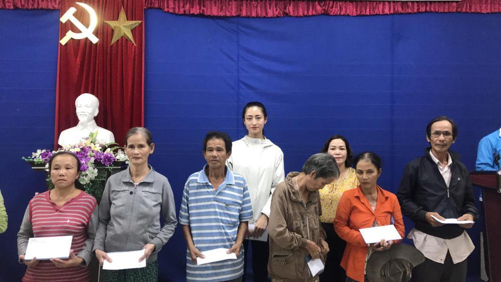 Hương Giang - Khánh Vân - Tiểu Vy - Lương Thùy Linh giúp đỡ đồng bào miền Trung vượt bão lũ Ảnh 4