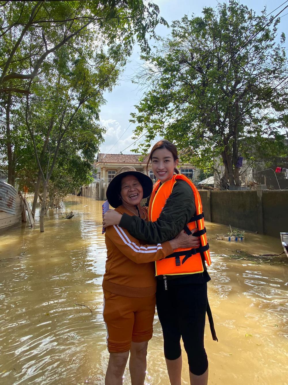 Hương Giang - Khánh Vân - Tiểu Vy - Lương Thùy Linh giúp đỡ đồng bào miền Trung vượt bão lũ Ảnh 7