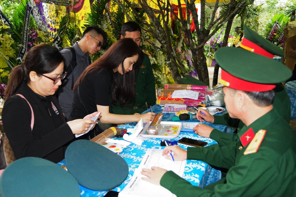 Hương Giang - Khánh Vân - Tiểu Vy - Lương Thùy Linh giúp đỡ đồng bào miền Trung vượt bão lũ Ảnh 21