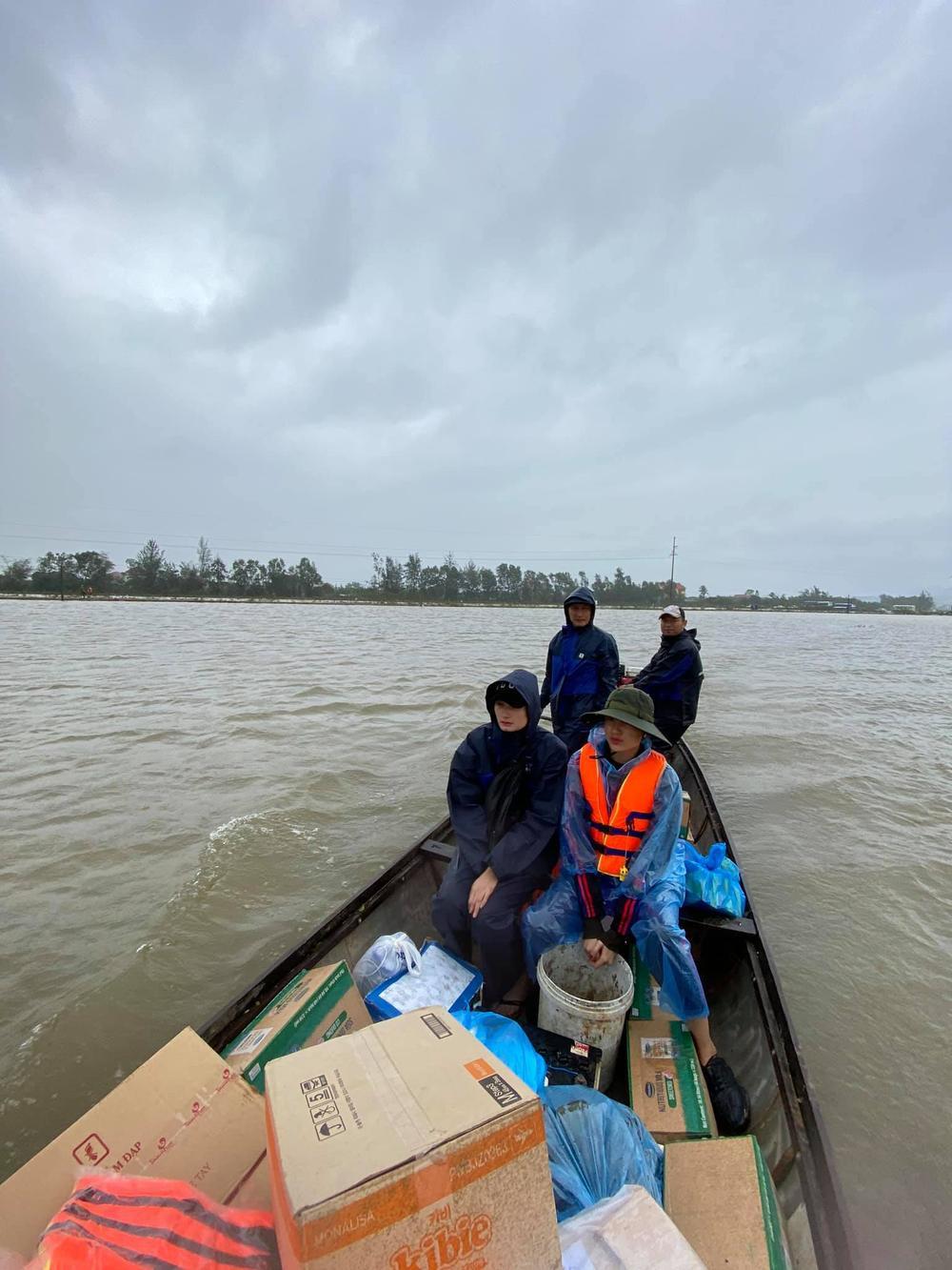 Hương Giang - Khánh Vân - Tiểu Vy - Lương Thùy Linh giúp đỡ đồng bào miền Trung vượt bão lũ Ảnh 13