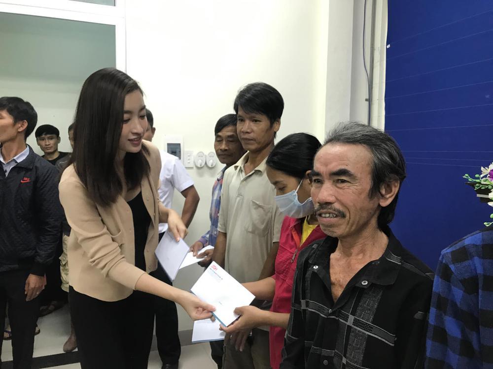 Hương Giang - Khánh Vân - Tiểu Vy - Lương Thùy Linh giúp đỡ đồng bào miền Trung vượt bão lũ Ảnh 9