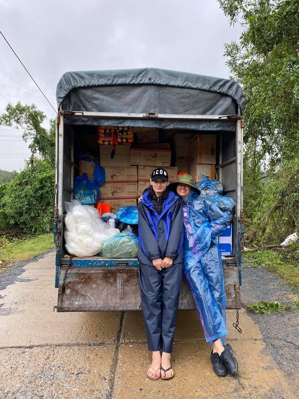 Hương Giang - Khánh Vân - Tiểu Vy - Lương Thùy Linh giúp đỡ đồng bào miền Trung vượt bão lũ Ảnh 12