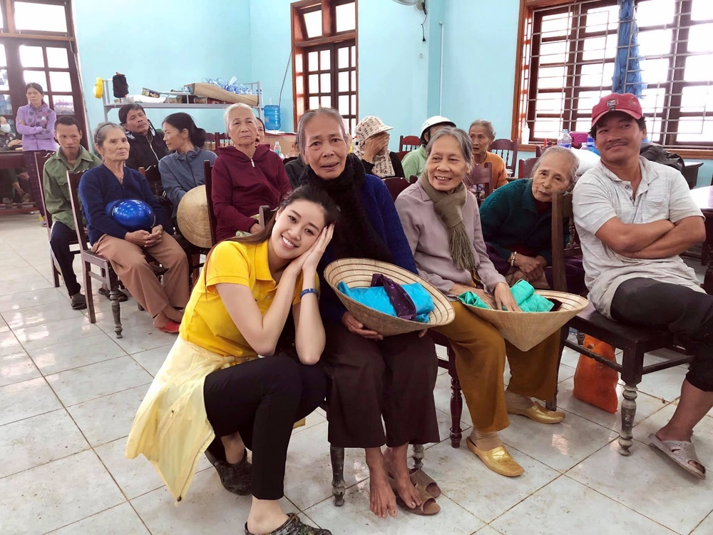 Hương Giang - Khánh Vân - Tiểu Vy - Lương Thùy Linh giúp đỡ đồng bào miền Trung vượt bão lũ Ảnh 16