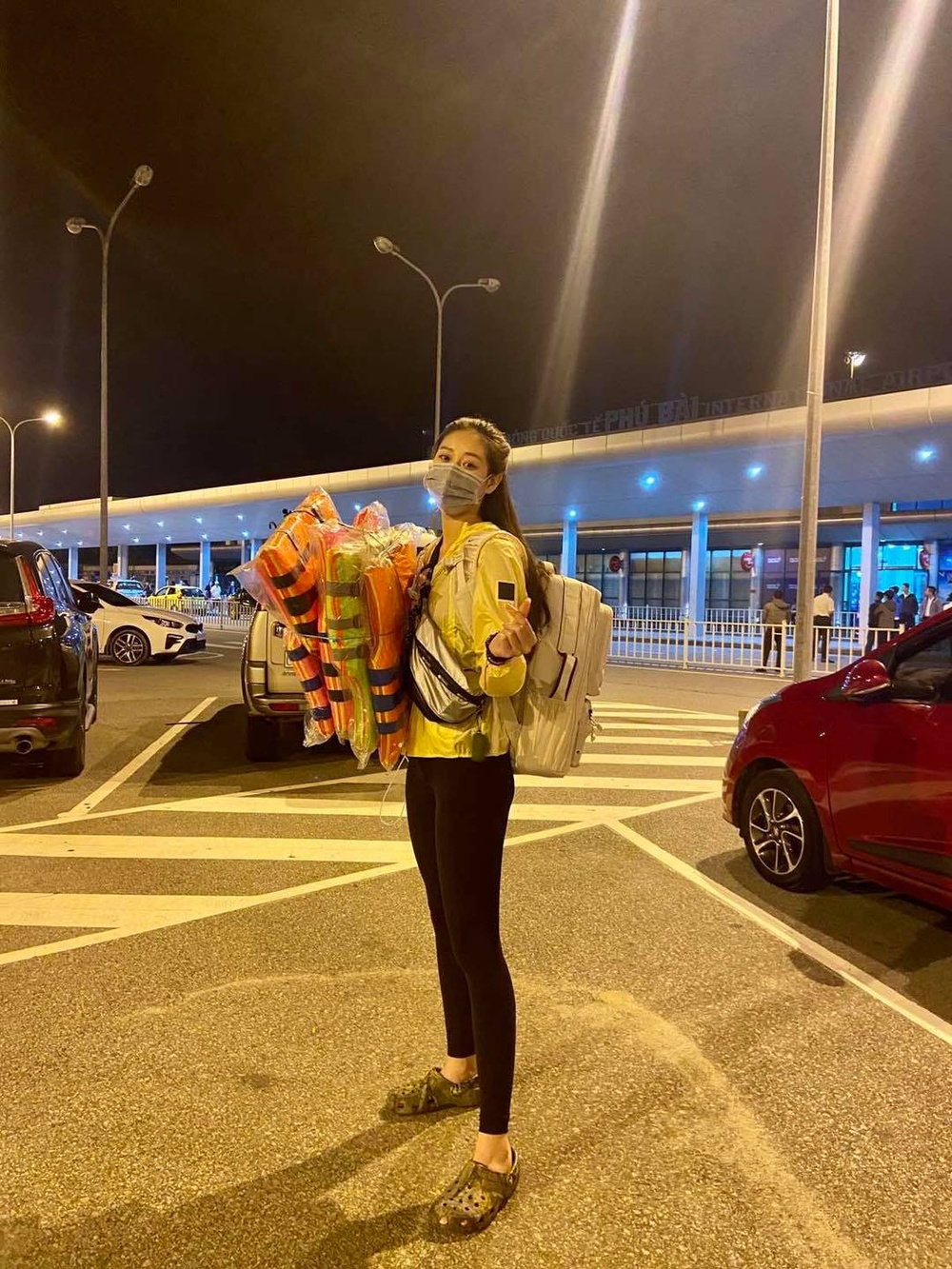 Hương Giang - Khánh Vân - Tiểu Vy - Lương Thùy Linh giúp đỡ đồng bào miền Trung vượt bão lũ Ảnh 15