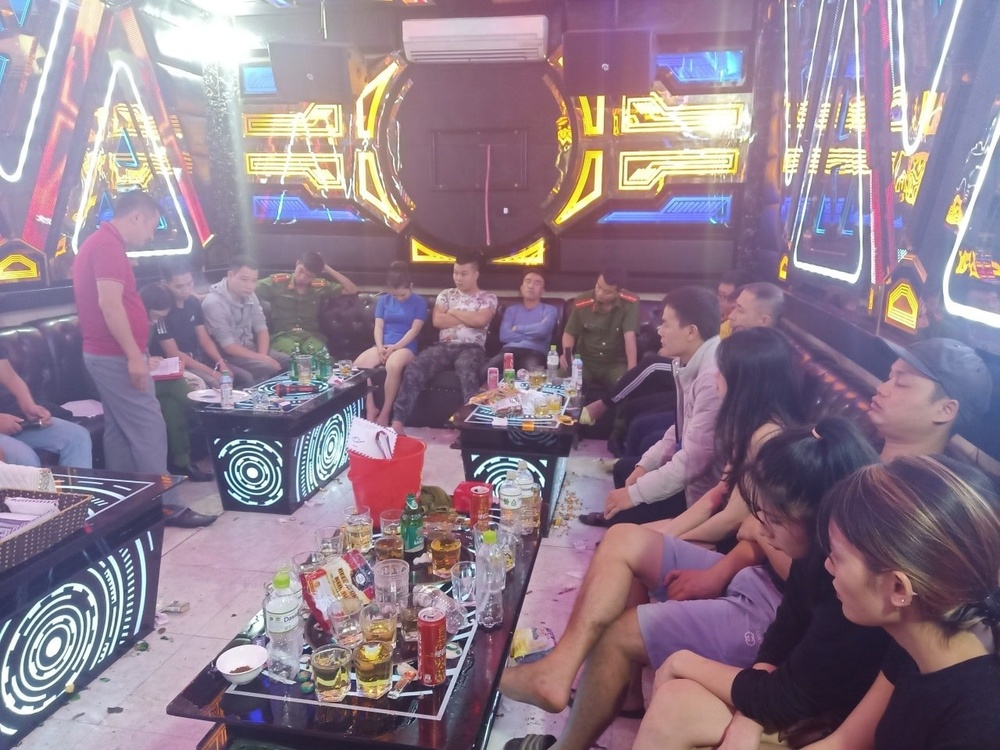 Phát hiện nhiều cặp đôi nam nữ sử dụng ketamine, bay lắc trong quán karaoke Ảnh 1